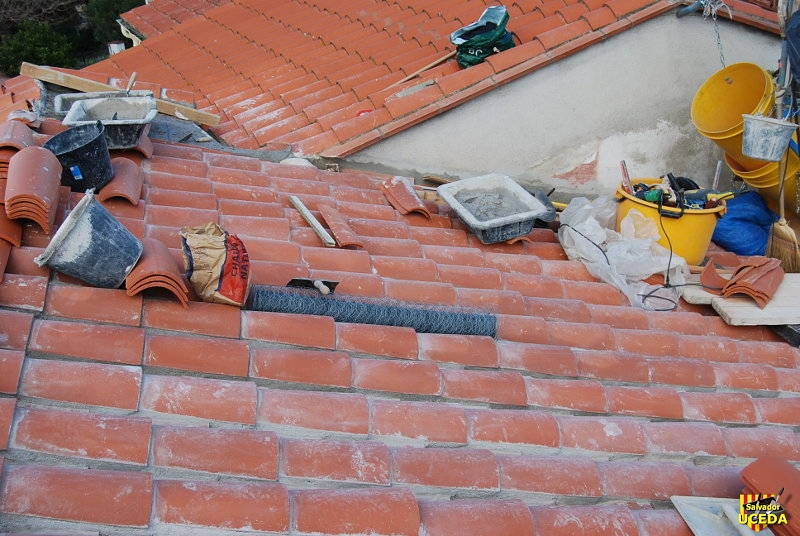 Sorède toiture Foun del Sabate nouvelle charpente pose armature métal sous tuiles rondes par Salvador Uceda