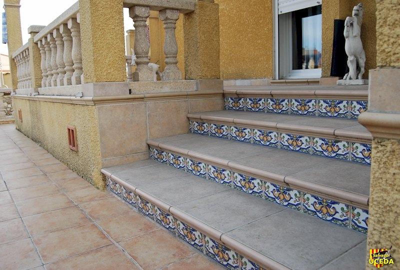 escalier vers terrasses sous arcade par Salvador Uceda