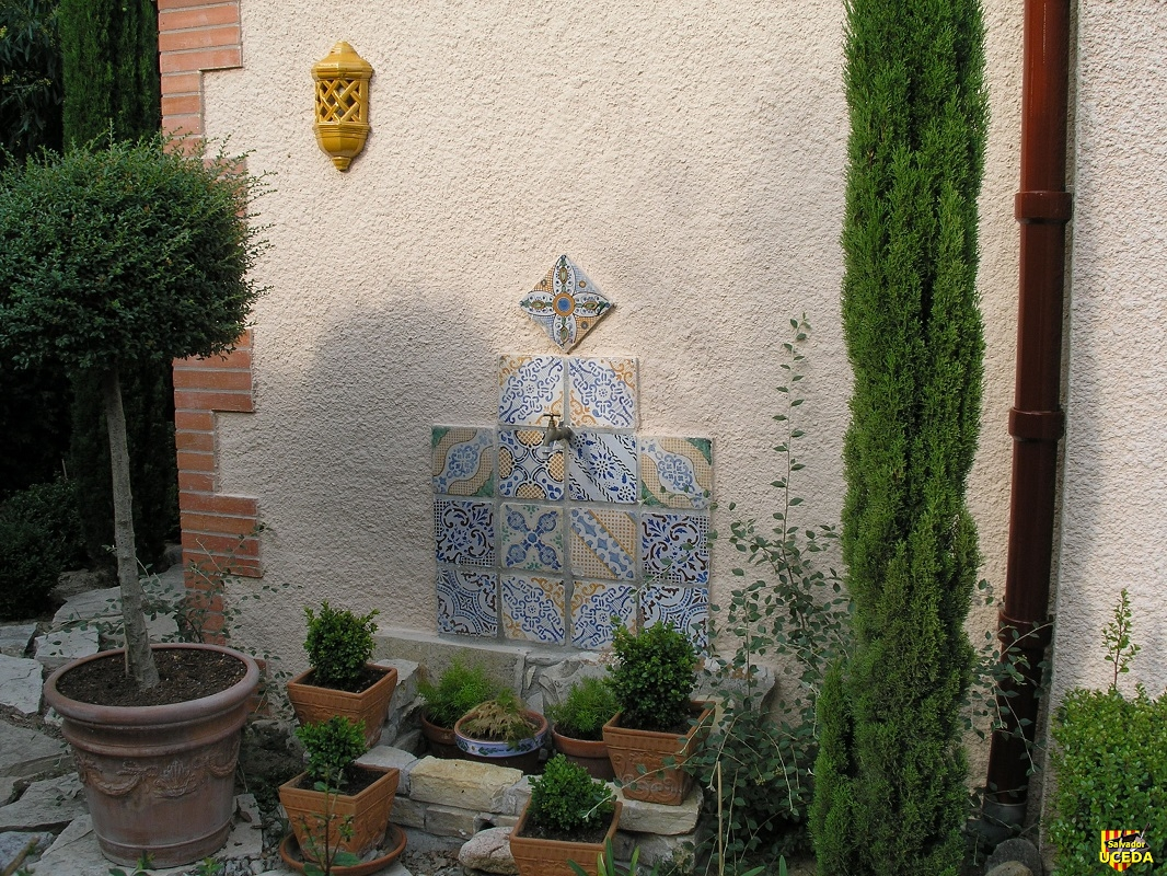 Fontaine bleue et sa jardinière
