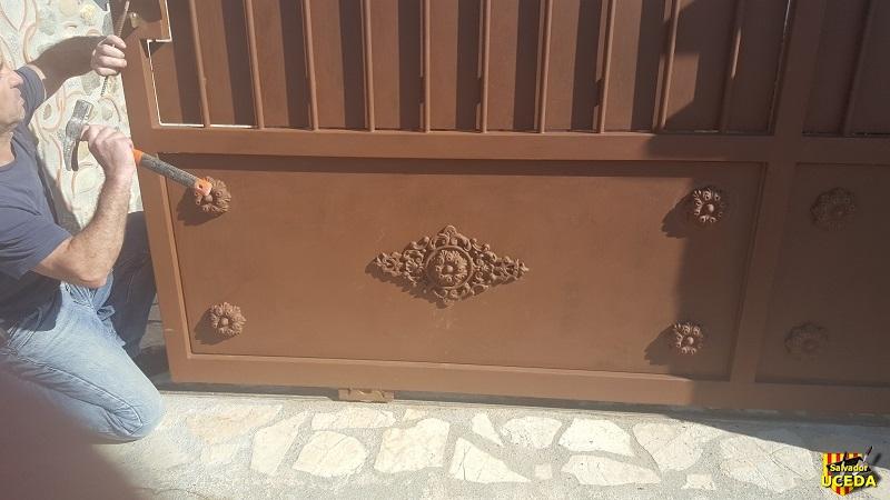 Une entrée de mas avec son imposant portail en fer forgé